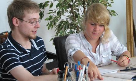 Lerntrainer und Schülerin der LEEW